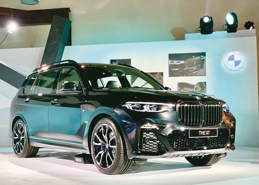 要價526萬元的BMW X7 Dark Knight曜黑版以一席黑色車身塗裝搭配...