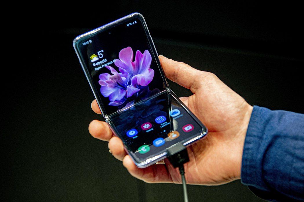 三星電子強攻折疊手機,計劃大幅提高產量,還要開發全新「雙折疊」手機。(歐新社)