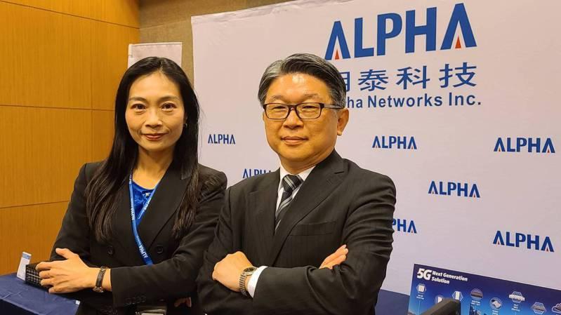 明泰董事長黃文芳(左)、總經理林裕欽看好今年營運持續創新高。記者黃晶琳/攝影