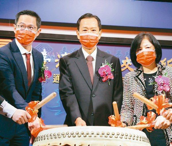 AES-KY掛牌上市,董事長宋福祥(中)、總經理宋維哲(左)出席。記者吳凱中/攝影