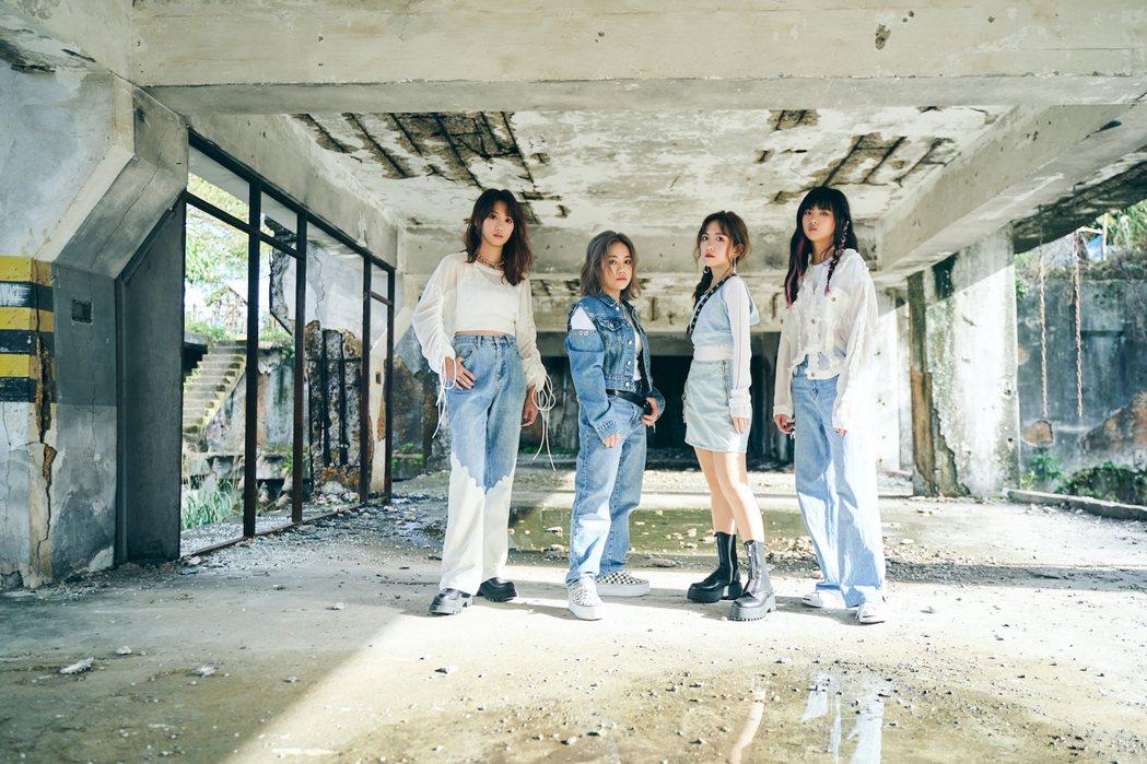 貝斯手LIN(左起)、吉他手兼主唱EN、鍵盤手蕾蕾、鼓手DiDi合組女團「Pro...