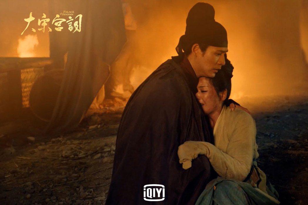 周渝民(左)衝入火場拯救劉濤。圖/愛奇藝國際站提供