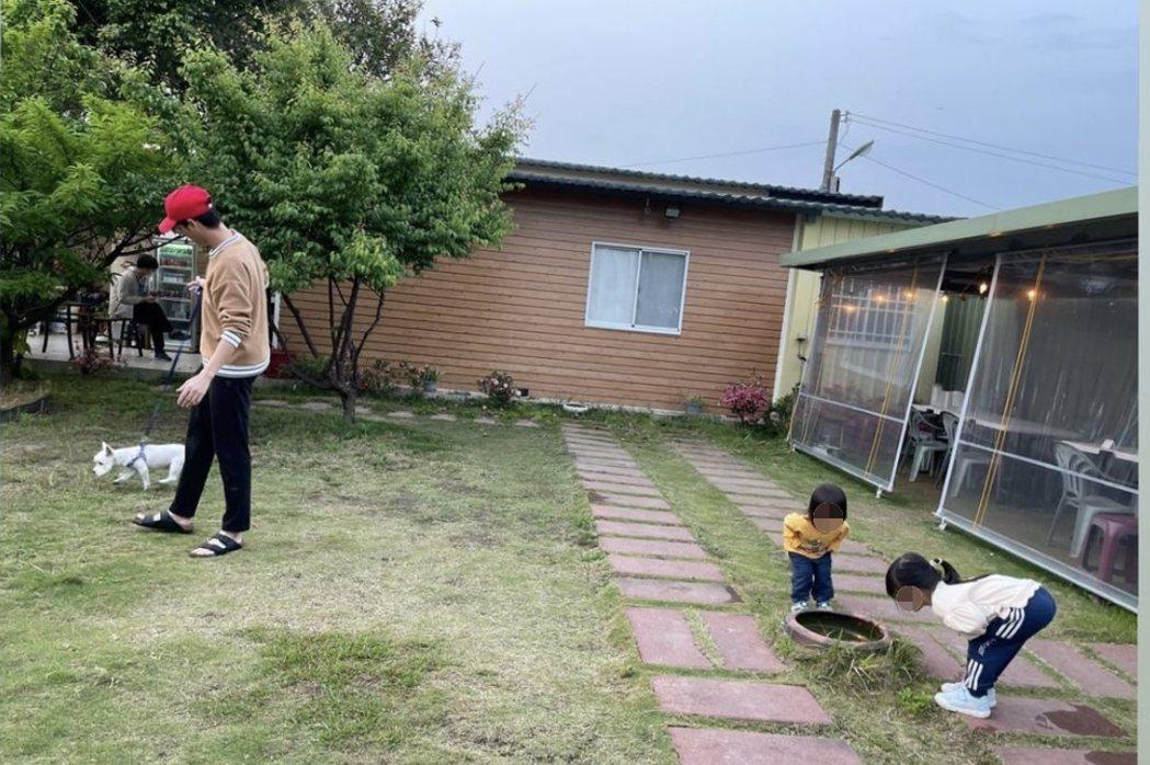 江宏傑(左)不受外界風雨影響,照常Po出與一雙寶貝兒女出遊的天倫照。圖/摘自IG