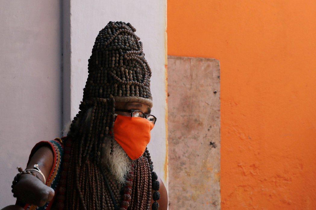 一名戴口罩的朝聖者。 圖/路透社