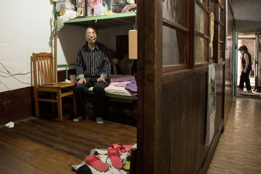 近九十二歲的何鑫與太太租在一棟既漏水,甚至電線外露的老屋裡,但這仍是他們好不容易...