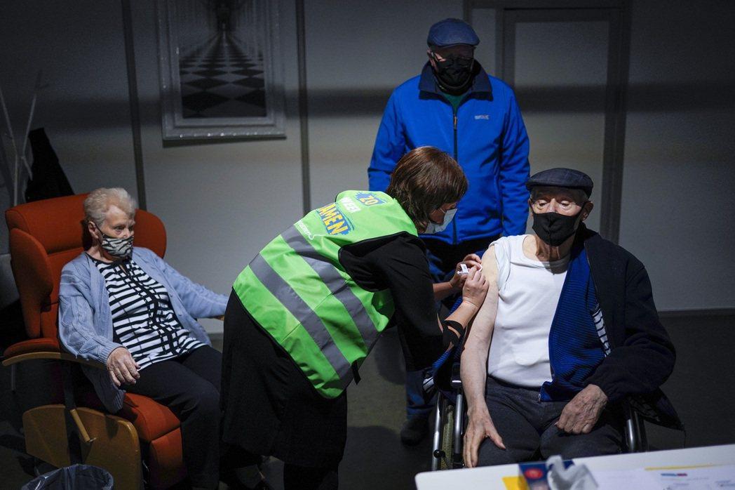 歐盟消息一出,原先暫停施打的比利時、波蘭等國也恢復了疫苗的接種。 圖/美聯社