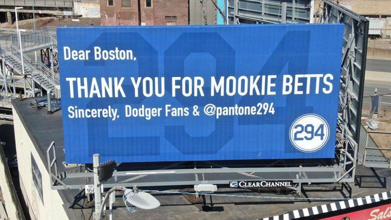 名為「Pantone 294」的團體買下紅襪主場旁看板,嘲諷紅襪送貝茲給道奇。 截圖自推特