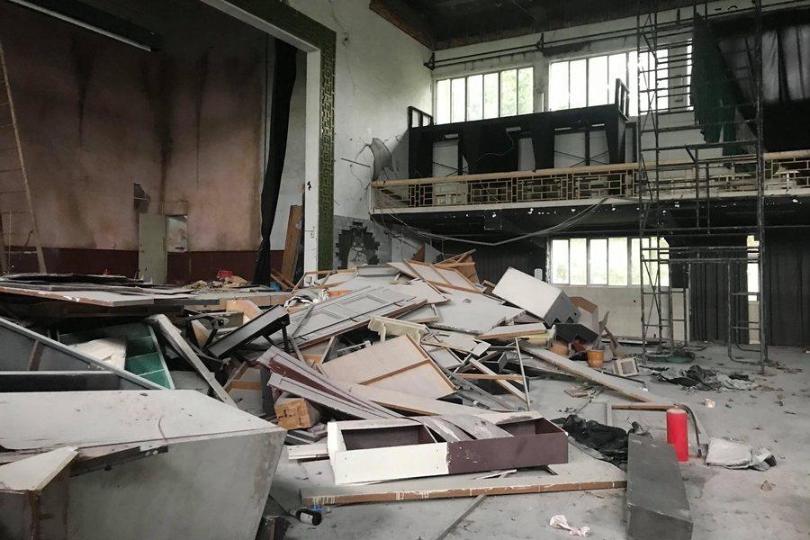 原本的劇場成了大型廢棄物堆積場。 圖/作者自攝