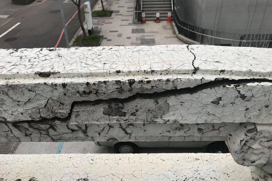 國寶級堆花匠師郭亙富與其父郭德蘭所作的欄杆崩壞嚴重。 圖/作者自攝