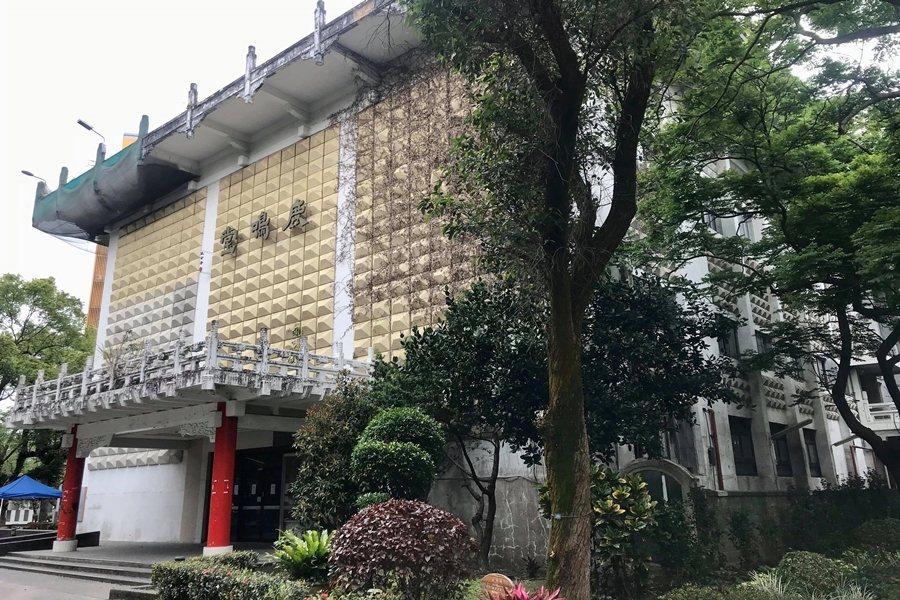 近日,台大鹿鳴堂(原僑光堂)被發現自2018年登錄歷史建築後,台大至今遲未提送管理維護計畫,拖沓兩年餘。 圖/作者自攝