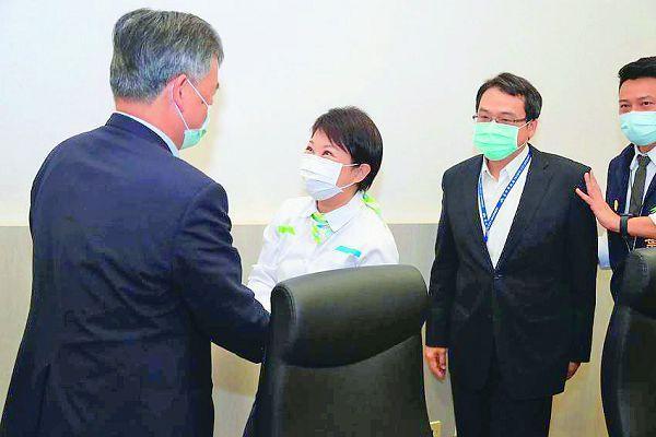 台中捷運綠線改善報告通過審核,台中市長盧秀燕(左二)感謝捷運故障審查委員不辭辛勞,為捷運安全把關。