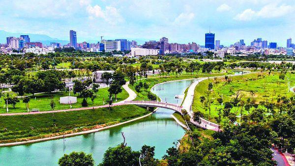 面積67公頃的中央公園,結合氣候變遷與地景紋理設計,保留整個水湳經貿園區1000多株既有樹木,擁有豐富多樣的植栽。