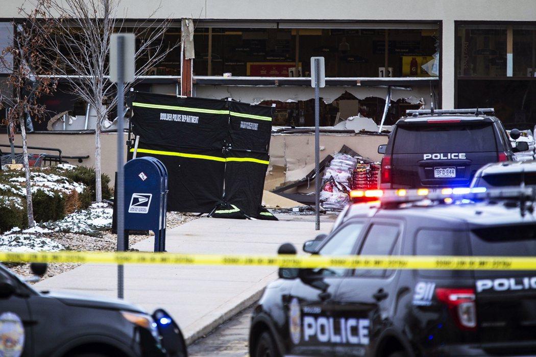 超市的玻璃窗已經碎裂,而趕往現場的執法團隊抵達後迅速包圍超市,同時出動三家直升機...