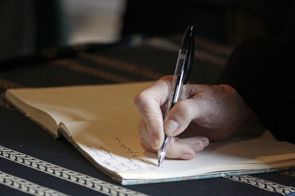 自書遺囑的立遺囑人最好收集自己的筆跡附於遺囑後面,可做鑑定證明用。 圖/pixa...