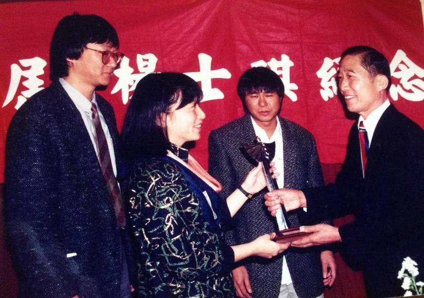 第一屆頒獎典禮,左起楊德昌、朱天文、侯孝賢和獲獎人明驥。圖/楊士琪紀念獎提供