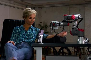 5G完成「遠端刺青」任務:荷蘭電信業新實驗,刺青師完美遙控機器手臂