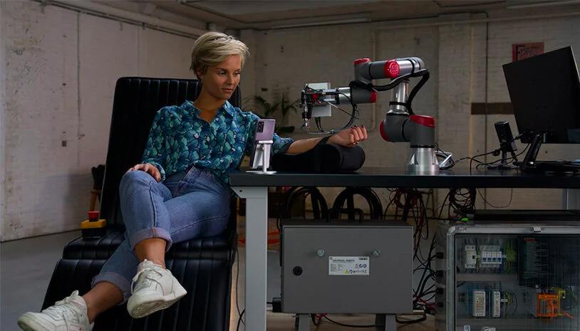 Stijn Fransen嘗試遠端的機器人手臂刺青。圖/T-Mobile提供