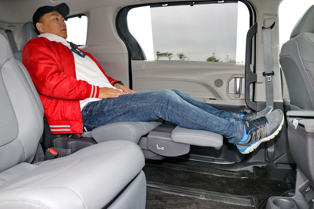 Super Long Slide座椅搭配Ottoman腳靠,達到最佳紓壓效果。 ...