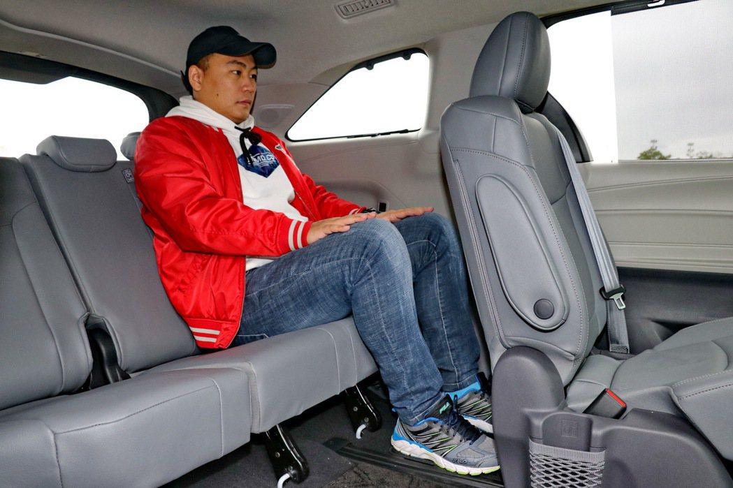 第三排座椅即便是乘坐成年男性同樣也相當足夠。 記者陳威任/攝影