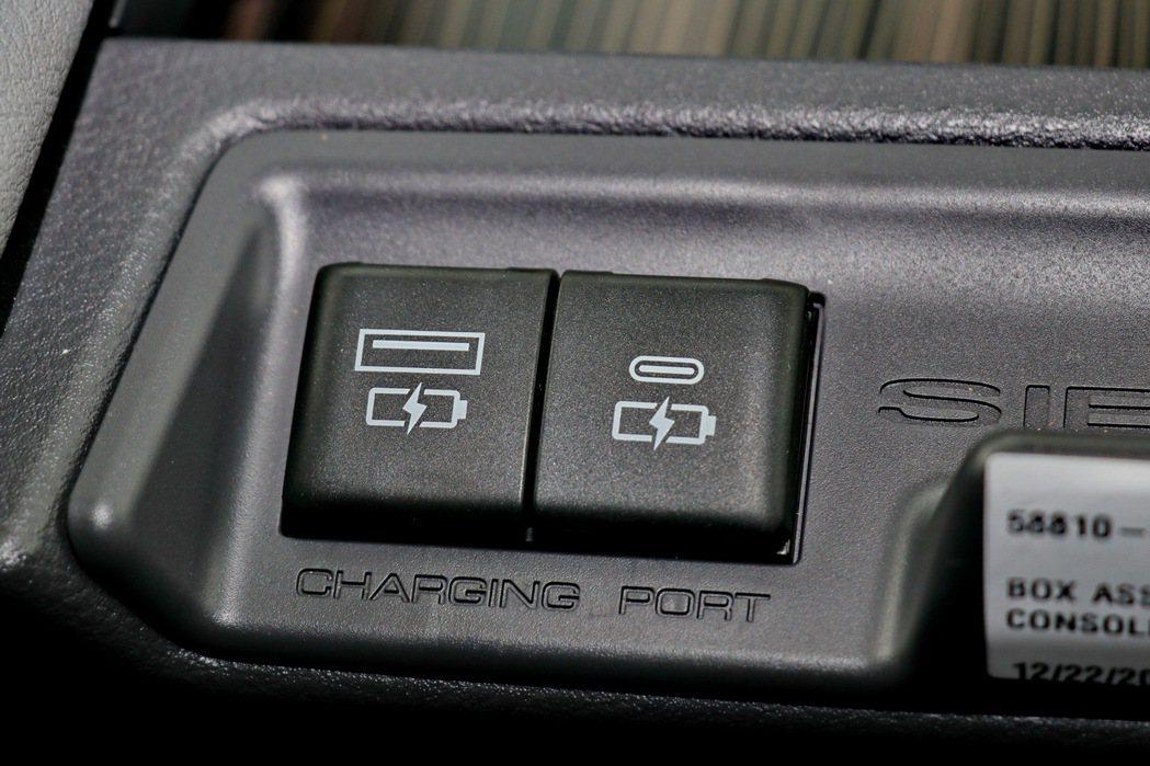 全車提供7個USB充電裝置。 記者陳威任/攝影
