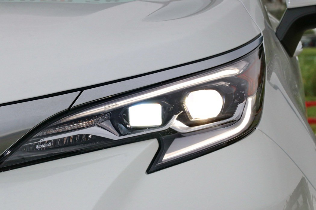銳利的LED頭燈別具科技感。 記者陳威任/攝影