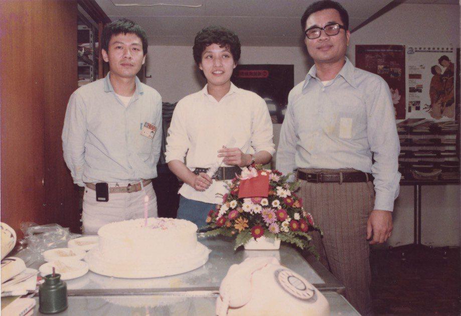 楊士琪(中)與聯合報攝影楊士正(左)、經濟日報總編輯楊士仁(右)在報社內慶生,三...
