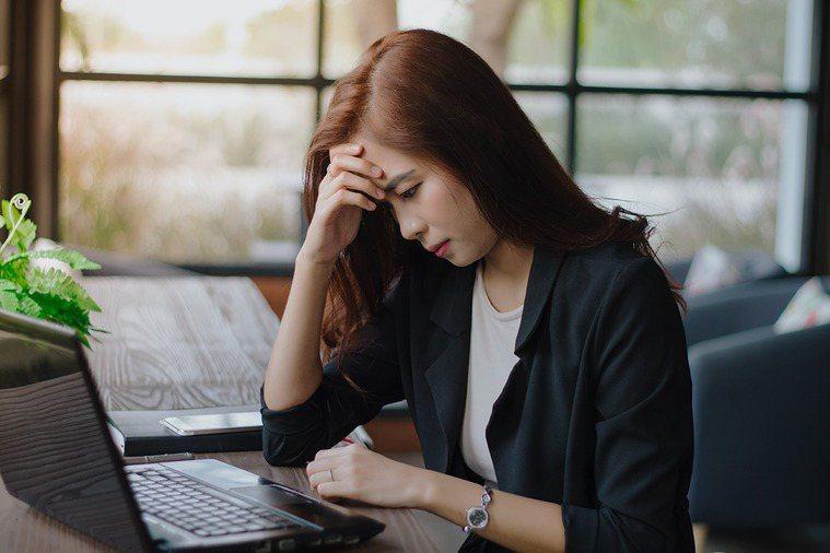 yes123求職網調查發現,青年勞工平均「實際日工時」為9.4小時,有高達73.9%的人坦言,因此「會擔心」自己過勞。 示意圖/Ingimage