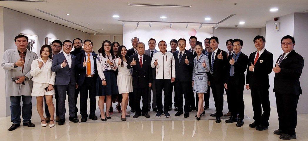 華人公益金傳獎得獎企業拜訪新北市政府,與侯友宜市長合影。 中華/提供