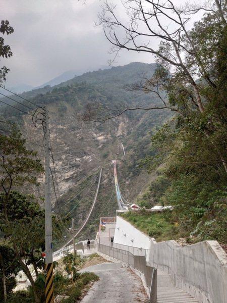通往吊橋入口