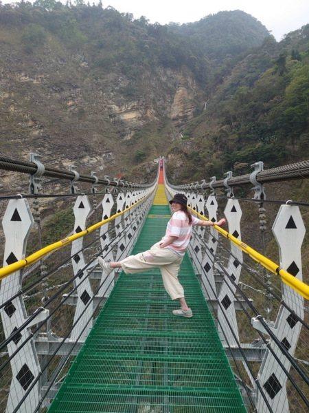 黑嘉莉的吊橋網美照