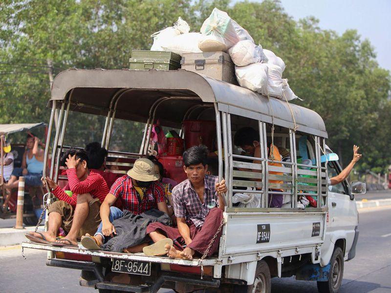 緬甸安全部隊持續鎮壓示威,最大城仰光萊達雅區民眾十六日攜家帶眷坐車逃離家園。法新社