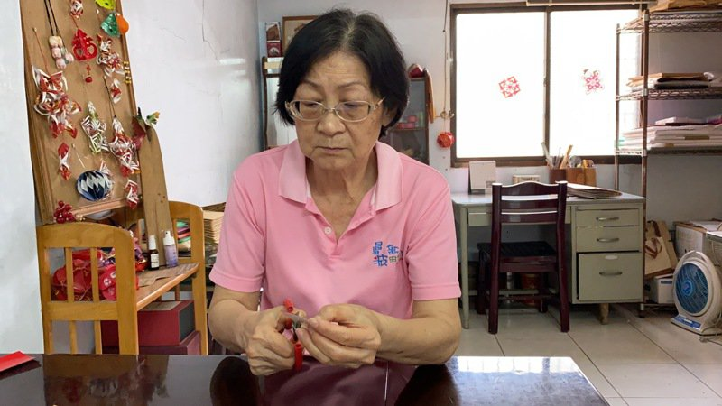 剪紙傳統工藝師邱玉雲專注剪紙。記者劉星居/攝影