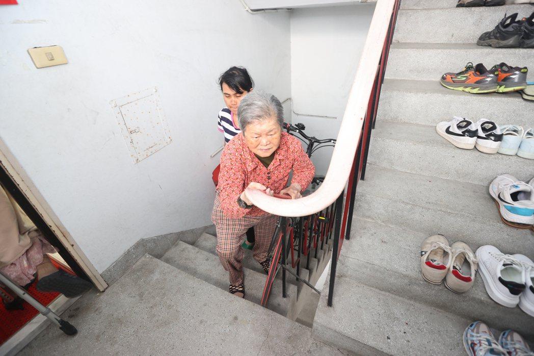 老舊公寓因沒有電梯,行動不動的老人家要回診僅能慢慢扶著樓梯上下樓。記者陳正興/攝...