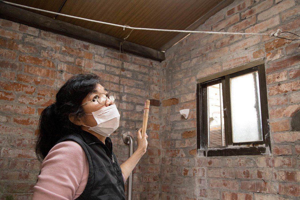 何爺爺的家 九十一歲的何鑫與太太租在一棟漏水、電線外露房子裡,每個轉角都能發現壁...