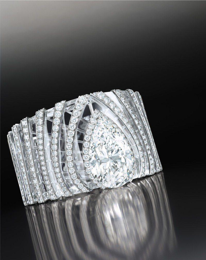 本季蘇富比封面拍品為卡地亞鑽石配白水晶手鐲,主鑽為一枚63.66 克拉梨形D色內部無瑕白鑽,估價4,000萬港元起。圖/蘇富比提供