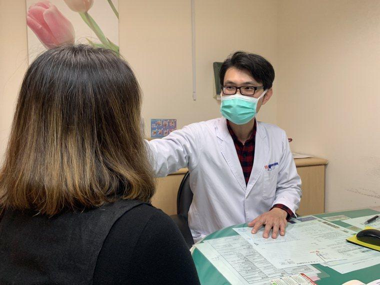 52歲婦人因尿失禁問題感到困擾,光田綜合醫院婦產科醫師蘇棋楓(右)為患者進行電波...