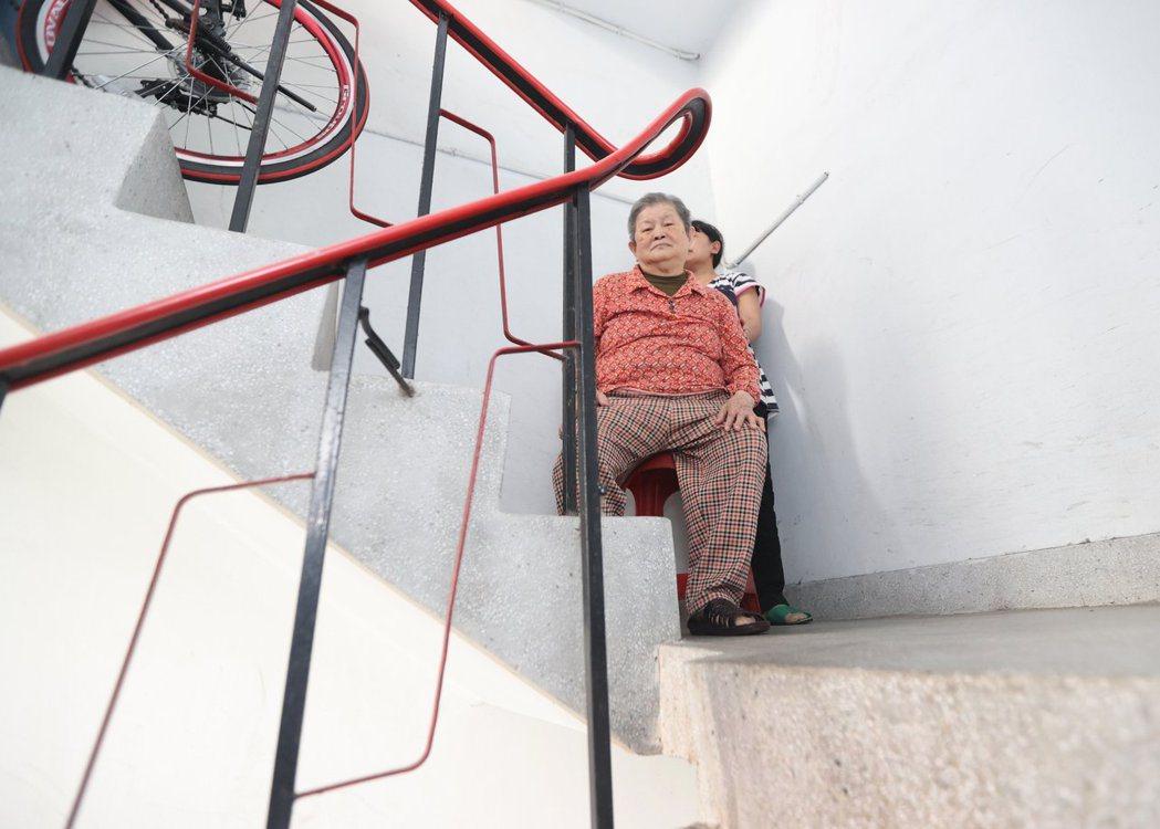 失能的老母親因樓梯,變相被困在老舊公寓,要回診時僅能靠自己慢慢扶著樓梯上、下樓,...