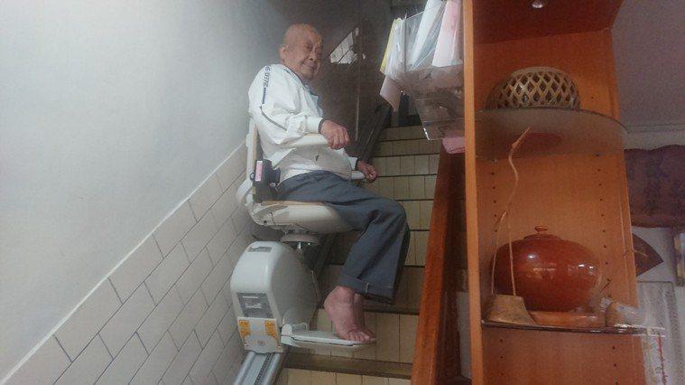 苗栗市玉華里長徐肇淼在家中裝設爬梯機後,徐老先生的主動下樓時間變多了。記者范榮達...