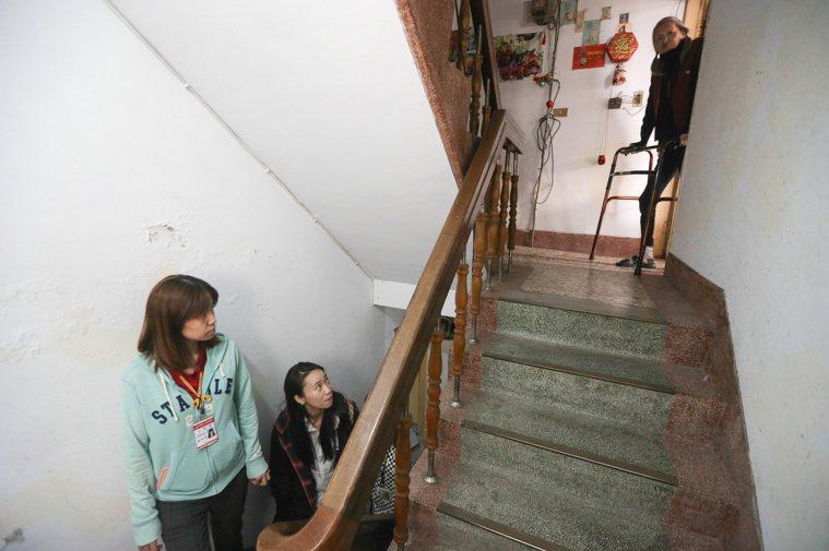 行動不便的獨居長者多半仰賴居家服務員、社工,甚至消防隊幫忙才能下樓。示意圖/本報...