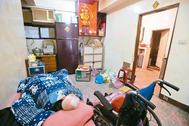 許多住在無電梯公寓的長者,只能將就睡在客廳,甚至得忍受破舊、充滿風險的居住環境。記者季相儒/攝影