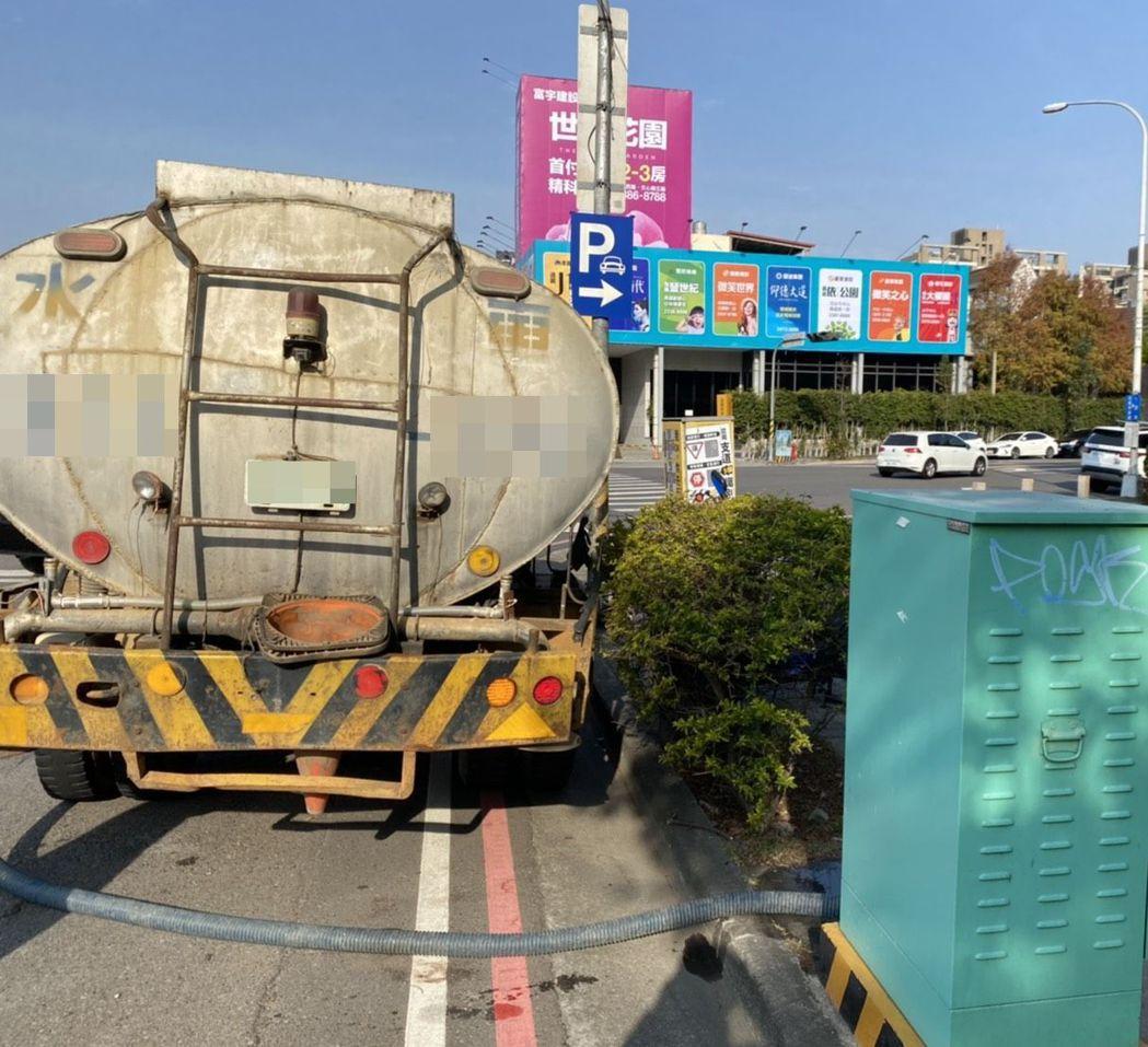 台中市政府說明,民間的水車到建築工地取水點取水。圖/台中市政府提供