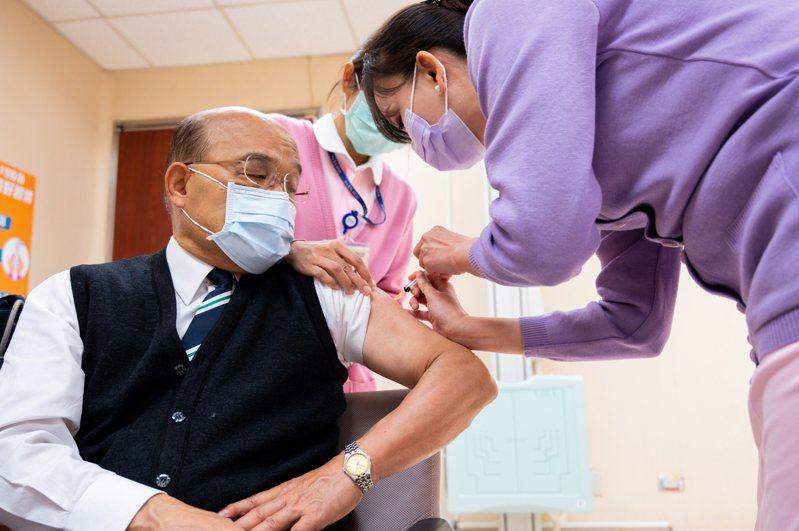 行政院長蘇貞昌(左)昨早率先施打AZ疫苗,施打後表示沒有任何痠痛不舒服,也沒發燒。圖/行政院提供