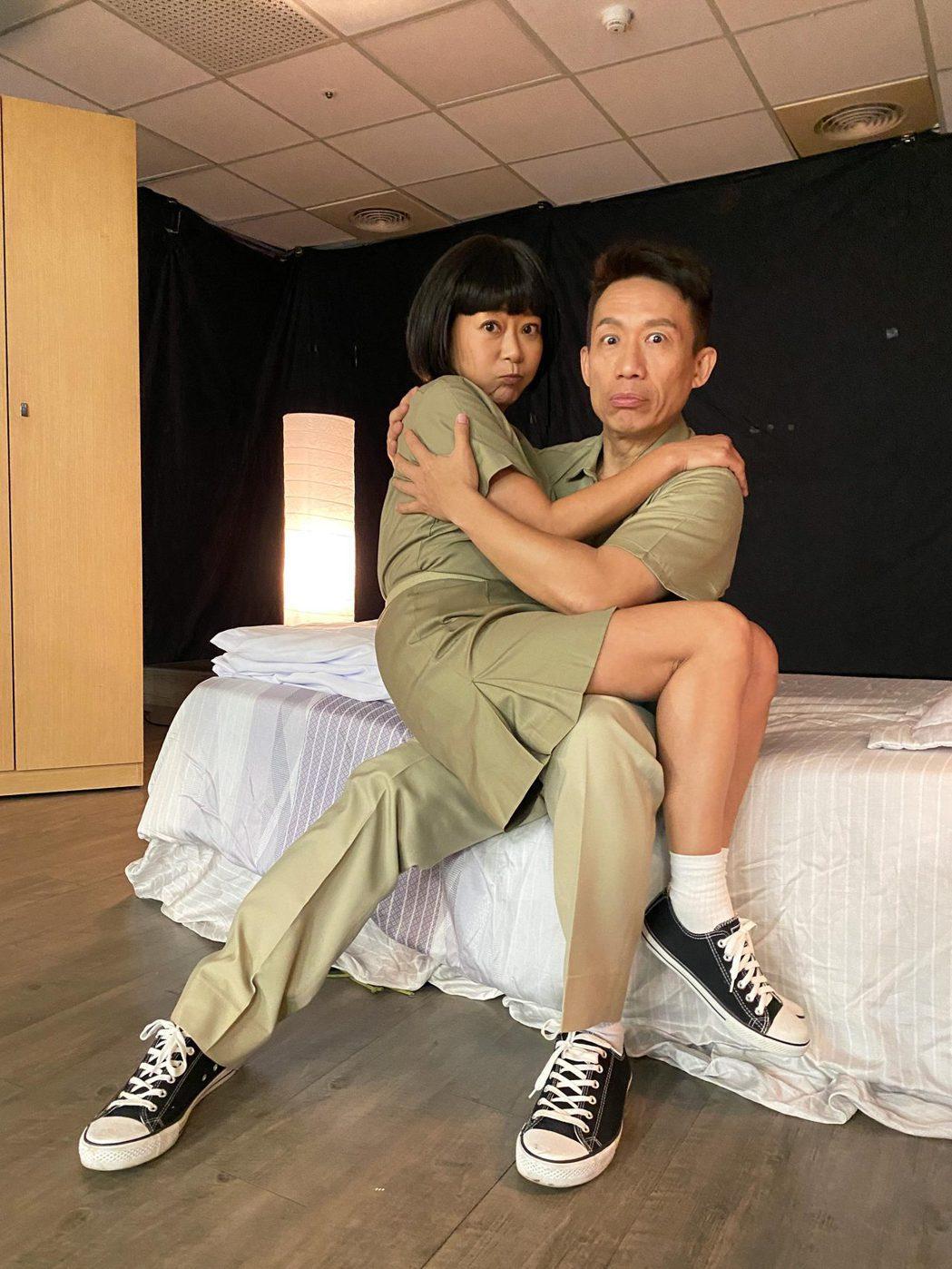 郭子乾(右)、曹蘭上演逗趣公主抱戲碼。圖/TVBS提供