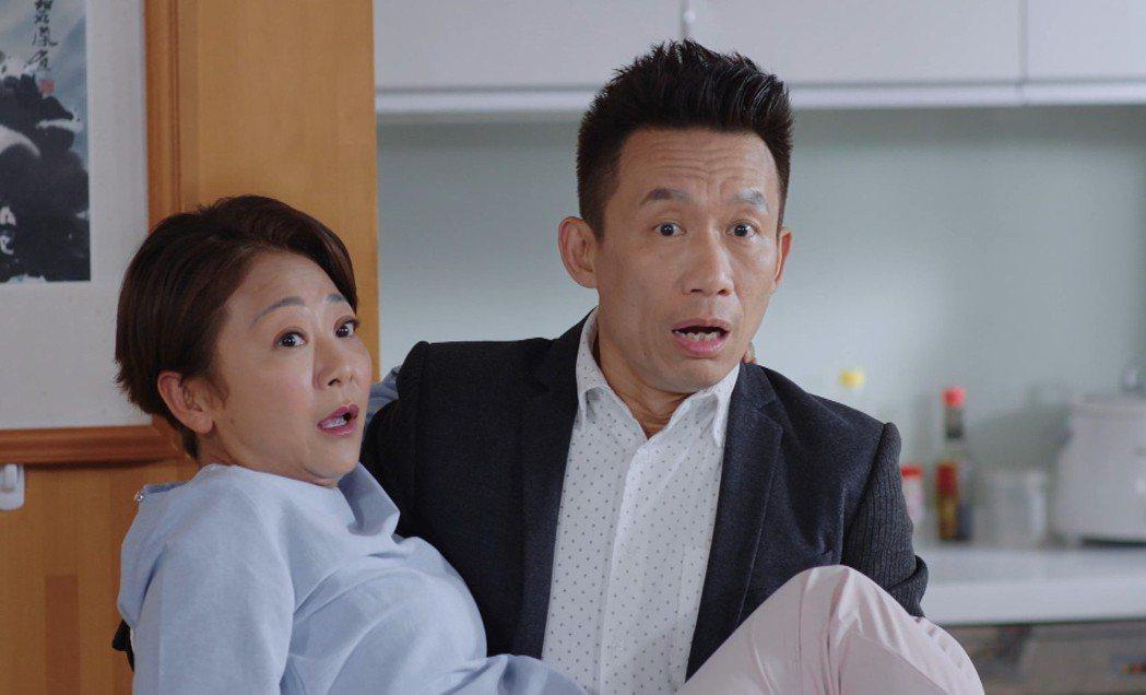 郭子乾(右)英雄救美霸氣公主抱曹蘭。圖/TVBS提供