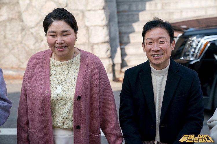 鄭石勇(右)演出許多長輩角色,但現實中仍是個單身漢。圖/緯來戲劇台提供