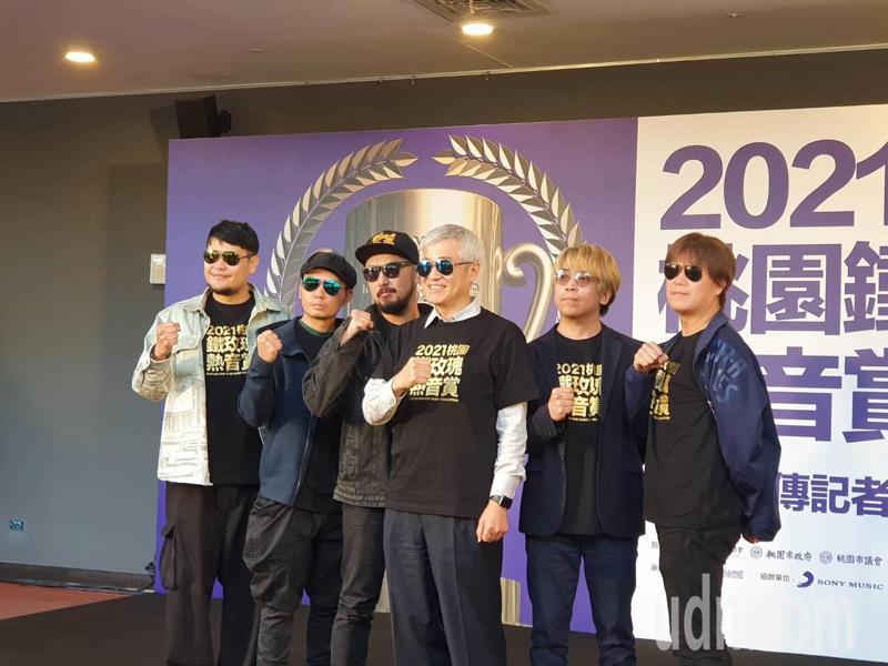 副市長李憲明和5大樂團代表合照,同穿鐵玫瑰熱音賞特製黑色T恤、戴上黑色墨鏡,化身音樂合組「MIT」,象徵Made In Taiwan、Music In Taoyuan。記者陳夢茹/攝影