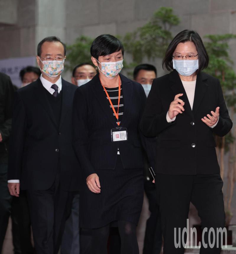 蔡英文總統(右)下午在司法院長許宗力(左)與士林地方法院院長蘇素娥(中)陪同下,出席「國民法官模擬法庭」。記者蘇健忠/攝影
