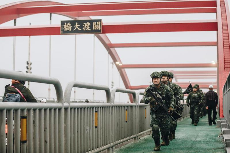 陸軍官員表示,在關渡大橋使用步行移動,畫面上是好看,但的確是違反戰術作為,因為在橋梁的移動一定是用最快速的車輛機動,有些照片明顯是受到要求而拍。圖/軍聞社提供