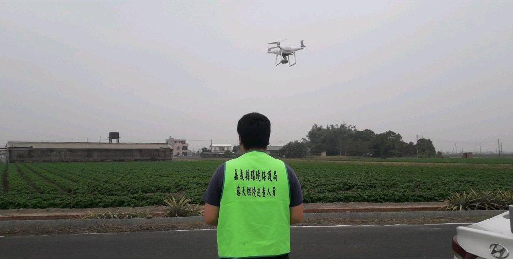 嘉義縣環保局運用空拍機、制高點監視器等科技輔助,結合巡查人力及志工通報系統,透過...