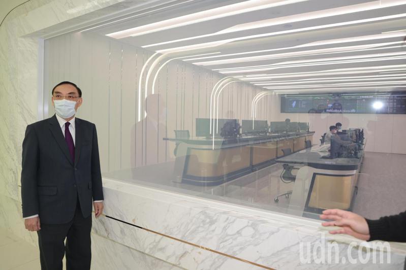 法務部長蔡清祥 (中)出席「國民法官模擬法庭」,也參觀了位於士林地方法院二樓即將正式開幕的「科技設備監控中心」。記者蘇健忠/攝影